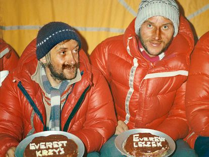 Krzysztof Wielicki junto a Leszek Cichy, en 1980 tras alcanzar la cima del Everest en invierno.