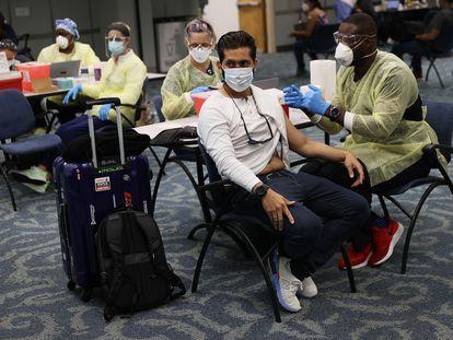 Un viajero recibe la vacuna de Pfizer contra la covid-19 en el aeropuerto de Miami el pasado 10 de mayo.