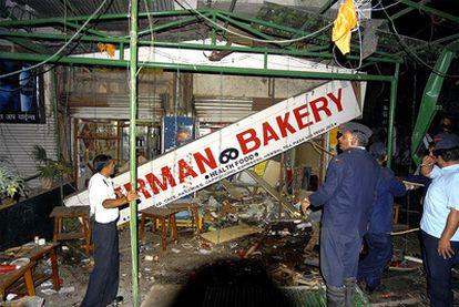 Destrozos tras la explosión de una bomba en una cafetería en Pune, al oeste de la India.