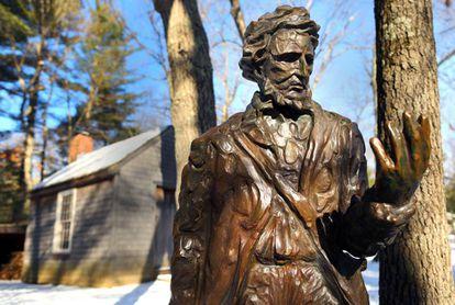 Estatua de Henry David Thoreau junto a una réplica de su cabaña en la reserva de Walden Pond en 2016.