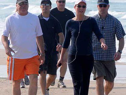La candidata de Kadima, Tzipi Livni, rodeada de guardaespaldas en una playa de Tel Aviv.