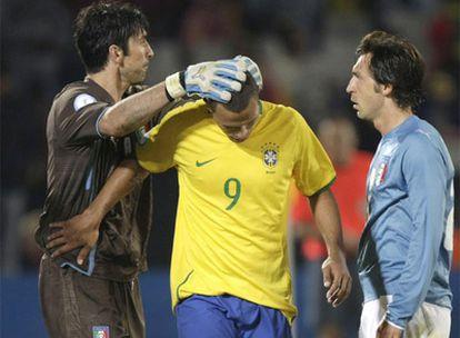 Luis Fabiano, Buffon y Pirlo se saludan tras el encuentro