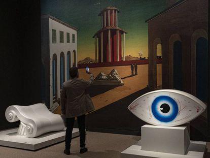 Reproducción de 'Plaza de Italia metafísica', de De Chirico, ojo de Man Ray y 'Capitel', de Studio65.