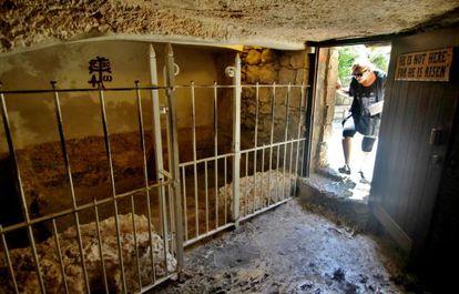 """El angosto acceso a la Tumba del Huerto, con una inscripción en la que se lee: """"Él no está aquí pues resucitó""""."""