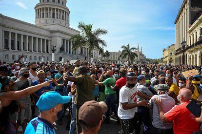 Cientos de personas se concentran frente al Capitolio de La Habana para protestar contra el Gobierno.
