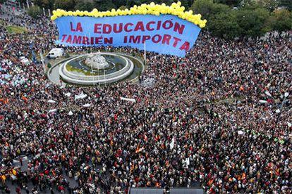 Vista aérea de la manifestación que ha tenido lugar esta tarde en Madrid contra la Ley Orgánica de Educación (LOE).