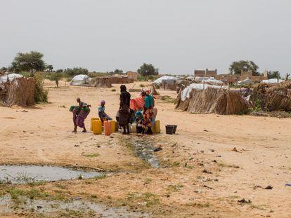 La región de Diffa, en el sureste de Níger, es atacada por el grupo terrorista nigeriano Boko Haram desde febrero de 2015. El terrorismo ha provocado el desplazamiento forzoso de millones de personas en Nigeria, Camerún, Chad y Níger. En Diffa hay más de 280.000 refugiados, desplazados internos y retornados y 460.000 personas que necesitan ayuda humanitaria urgente. El agua, un derecho humano, es un recurso difícil de encontrar en esta árida región. Hay demasiada gente y la cantidad de agua es la misma. En la imagen, una fuente situada en un asentamiento informal junto a la carretera Nacional 1 de Diffa, en septiembre de 2016.