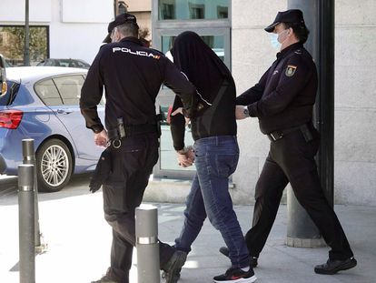 Dos agentes policiales acompañan en la comisaría de Redondela este miércoles al presunto autor del crimen de Redondela.
