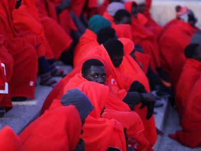 Migrantes rescatados por Salvamento Marítimo frente a la costa española esta semana.