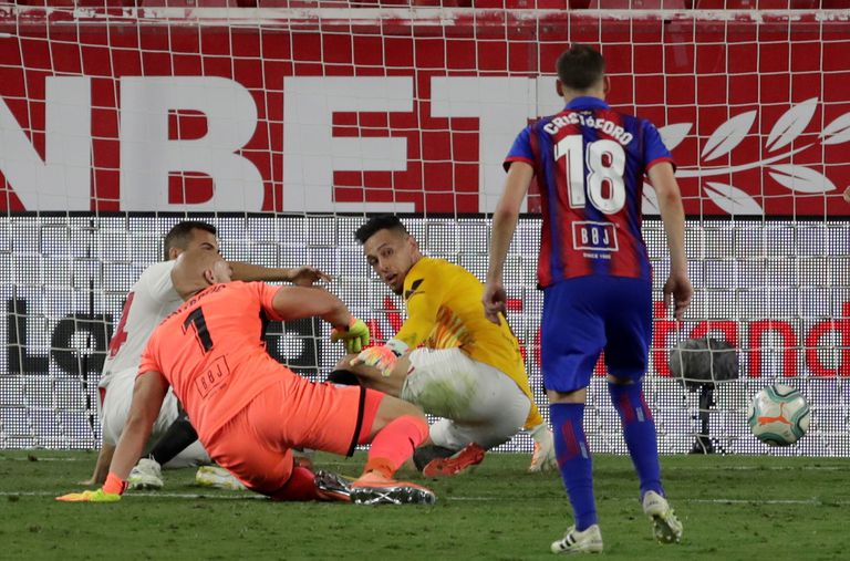 Ocampos salva el remate de Dmitrovic en el minuto 101 de partido.