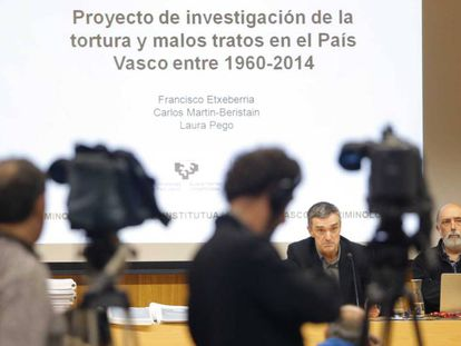 Jonan Fernández a la izquierda, y el forense Paco Etxeberria, en San Sebastián.