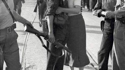 El dirigente anarquista Juan García Oliver besa a su compañera en Barcelona, el 28 de agosto de 1936. El archivo de Agustí Centelles fue vendido por sus hijos al Ministerio de Cultura en 2009 y contiene más de 12.000 negativos y casi mil placas de vidrio.