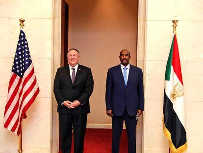 El secretario de Estado de EE UU, Mike Pompeo, y el líder del Consejo Soberano de Sudán, el general Abdel-Fattah Burhan, el pasado agosto en Jartum.
