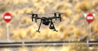 Un dron de la Dirección General de Tráfico (DGT), en un vuelo de prueba.