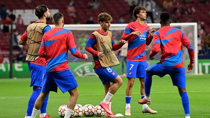 Atletico Madrid's players warm up prior to the UEFA Champions League Group B football match between Atletico Madrid and Liverpool at the Wanda Metropolitano stadium in Madrid on October 19, 2021. (Photo by JAVIER SORIANO / AFP)