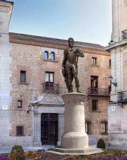 Simulación de cómo quedaría la estatua de Felipe II en la plaza de la Villa.