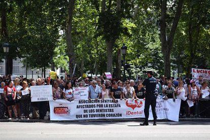 Protesta de afectados por la estada de Idental frente al Ministerio de Sanidad, el 18 de julio.