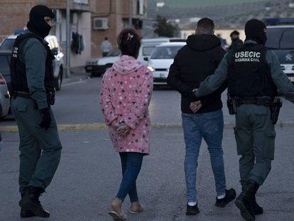 Dos de los 79 detenidos por la Guardia Civil en la redada del pasado martes en Pinos Puente (Granada).