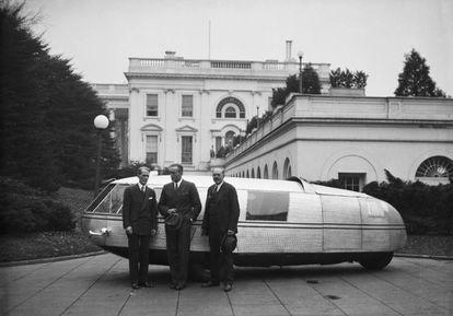 El secretario de estado con Roosevelt, Marvin McIntyre, el piloto Al Williams y un representante de la oficina de patentes, junto al Dymaxion Car de Buckminster Fuller en la Casa Blanca, en 1933.  