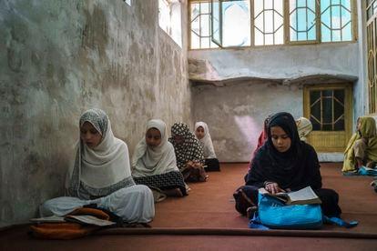 Niñas en una madrasa (escuela coránica) en Kandahar, Afganistán, el pasado 27 de octubre.