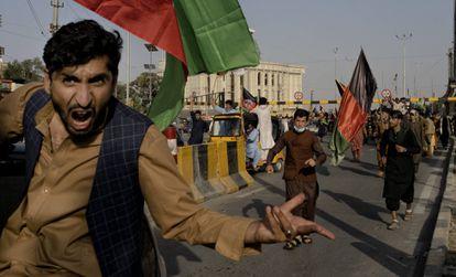 Un grupo de afganos desafía a los talibanes ondeando banderas tricolores nacionales en una manifestación en Kabul.