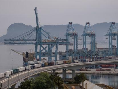 Vista de una parte del puerto de Algeciras, con Gibraltar al fondo.