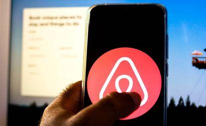 El logotipo de Airbnb en un teléfono móvil.