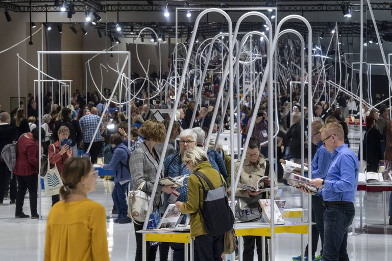 Visitantes de la Feria del libro de Fráncfort en el pabellón de Noruega, el país invitado en 2019.