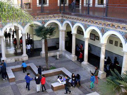 Estudiantes de secundaria en el patio del instituto Lluís Vives de Valencia.