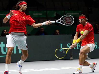 Los españoles Rafa Nadal y Feliciano López, durante el encuentro correspondiente a las semifinales de la Copa Davis frente a Gran Bretaña