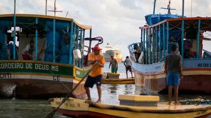 Pescadores y balseros se preparan para salir en el muelle de Fortaleza, el 8 de septiembre de 2021.