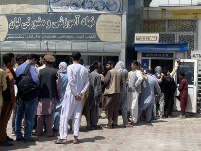 Afganos en una fila para retirar sus ahorros de un cajero automático, el pasado domingo en Kabul.