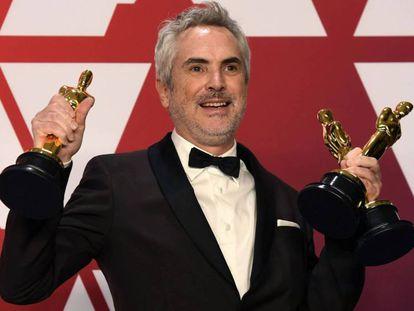 Alfonso Cuarón, con sus tres oscars por 'Roma'. En vídeo, Cuarón recoge el Oscar a la mejor película en lengua extranjera.