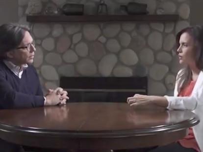 Clara Luz Flores, candidata de Morena en Nuevo León (México), dialoga con Keith Raniere, líder de la secta NXIVM, condenado por tráfico sexual.