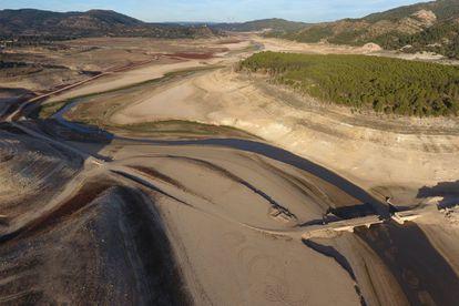 Aspecto que presentaba durante la sequía de 2017 el embalse de Entrepeñas (Guadalajara), uno de los que surte al trasvase.