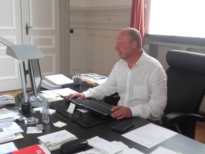 Hans Bonte en su despacho del Ayuntamiento de Vilvoorde.