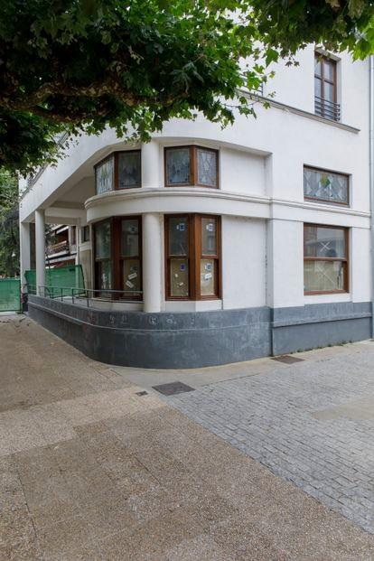 El bar Frontón Beotibar (cerrado por obras este verano), donde Juan María Jáuregui fue asesinado por ETA.