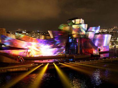 El museo Guggenheim de Bilbao, obra del arquitecto Frank Gehry, iluminado con motivo del 20 aniversario de su fundación.