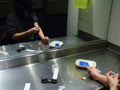 Un usuario se inyecta droga en uno de los puestos de consumo.