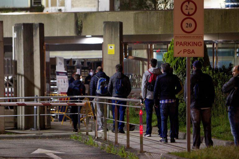 Trabajadores de PSA en Vigo llegan a la factoría para reiniciar la actividad.