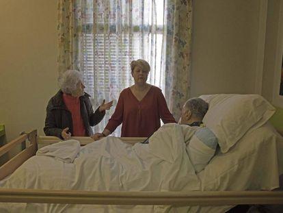Félix Cobos recibe la visita de su hija Esther y su esposa, Matilde Sanz, en la residencia de Aralia en Vallecas, Madrid.