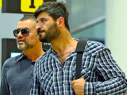 George Michael y Fadi Fawaz, en 2012 en el aeropuerto de Barcelona.