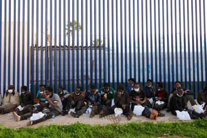 Un grupo de migrantes subsaharianos, tras el intento masivo de cruzar la valla de Melilla, el pasado 19 de enero.