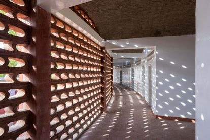 O arquitecto Manuel Herz procurou formas de criar um microclima no interior do edifício através de elementos construtivos, como esta parede de tijolo perfurado que mantém o sol e a chuva afastados, mas permite que o ar entre e ilumine as aberturas.