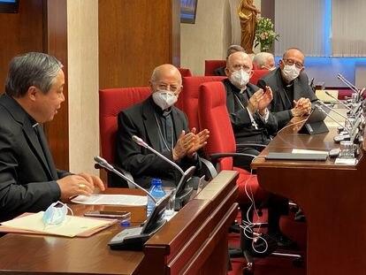 La comisión ejecutiva aplaude al nuncio papal en España, Bernardito Cleopas Auza, durante el comienzo de la plenaria.