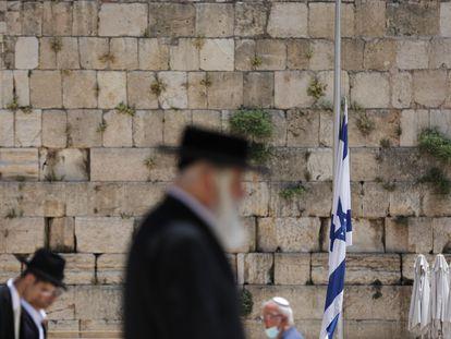 Bandera israelí a media asta frente al Muro de las Lamentaciones, en Jerusalén, este domingo.