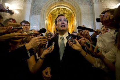 Ted Cruz hace declaraciones a la prensa tras hablar en el Senado durante casi 22 horas.