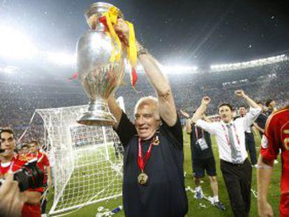 Luis Aragonés celebra el triunfo en la final de la Eurocopa de Austria y Suiza entre Alemania y España.