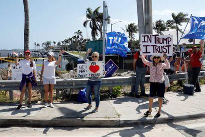 Seguidores de Trump, este viernes aguardando su llegada a Palm Beach Florida.