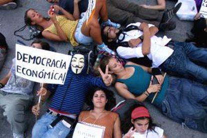 Manifestantes tumbados en el suelo.